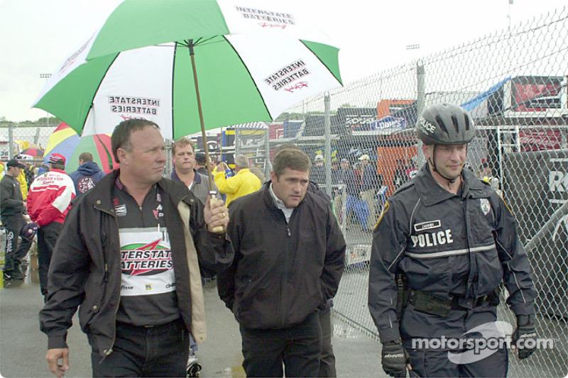 Bobby Labonte con escolta policial a la junta de pilotos: No se puede escapar a la junta de pilotos
