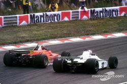 Gilles Villeneuve double Alan Jones à l'extérieur de la spectaculaire courbe Tarza, à Zandvoort