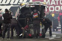 Un ajustement final sur la voiture de Tony Pedregon