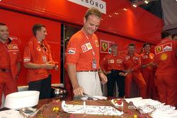 Celebración de cumpleaños de Rubens Barrichello: Rubens Barrichello cortando el pastel