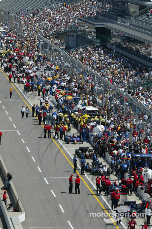 Teams ligning up for the final practice session
