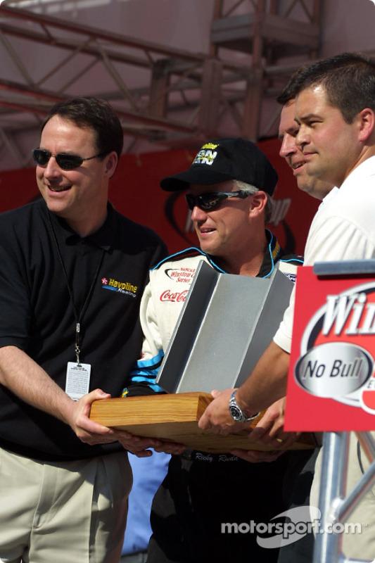 Rudd recibe el premio Iron Man de su patrocinador, Texaco