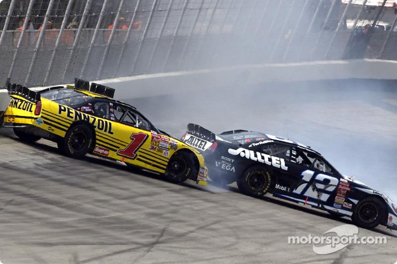 Ryan Newman y Steve Park griando por la recta trasera