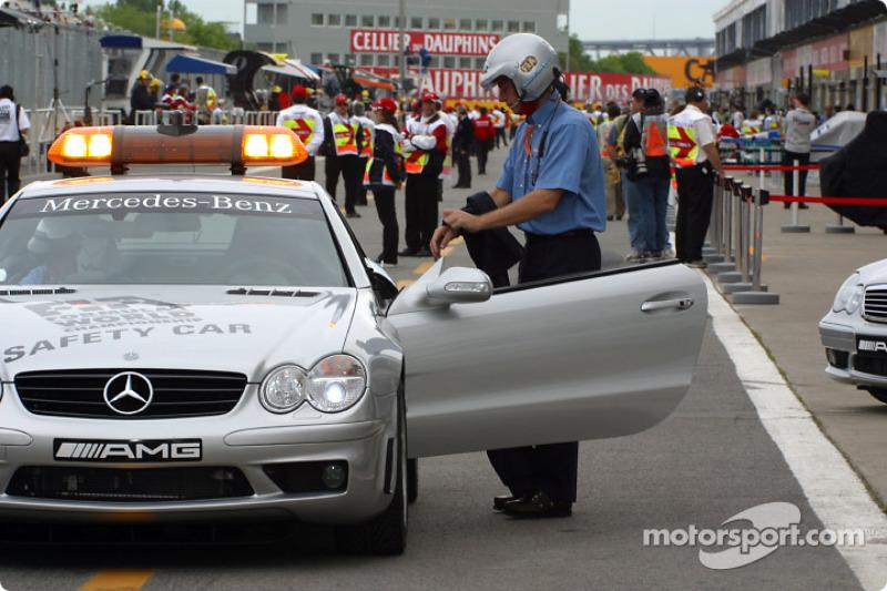 La pista está a punto de abrir: Bernd Mayländer tomando su lugar en el auto oficial