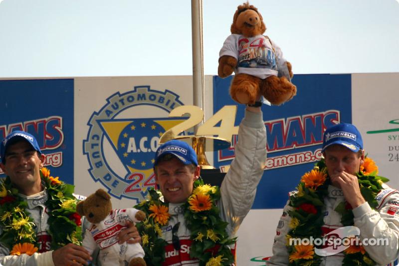 Podio general y de LMP 900 - LM GTP: los ganadores de la carrera, Emanuele Pirro, Tom Kristensen y Frank Biela