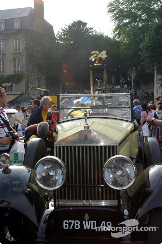 La Dama Voladora presentando el trofeo de las 24 Horas de Le Mans