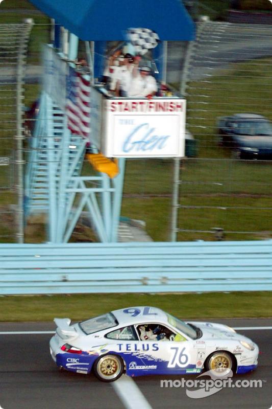 The Doncaster Racing #76 Porsche GT3 R capture le drapeau à damier au cours de la Grand Sport 250
