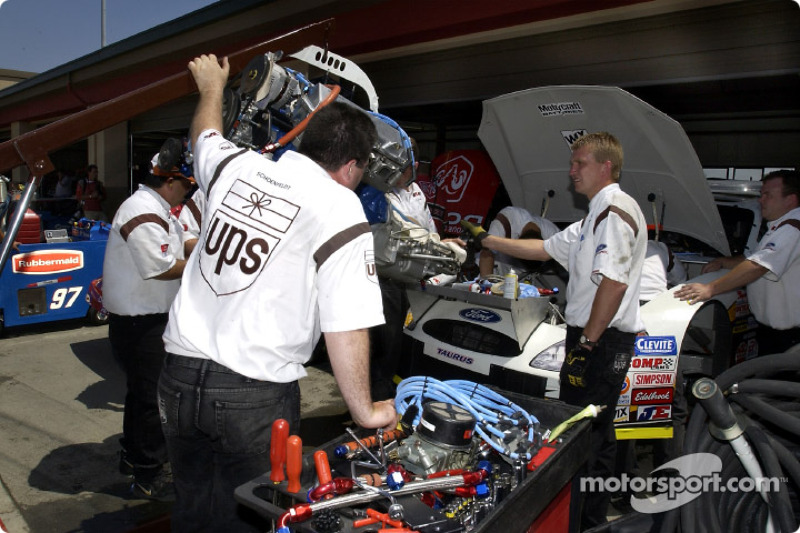El equipo de  Robert Yates Racing trabaja para instalar el nuevo motor en el UPS Ford Taurus de Dale Jarrett