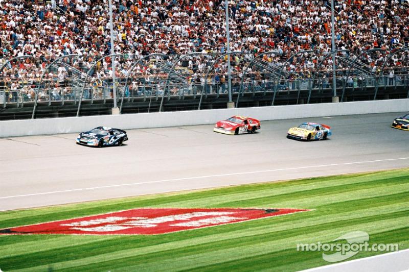 Mark Martin liderando a un grupo de autos