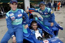 El piloto malayo Mohamed Fairuz Mohamed Fauzy visitando al Equipo Sauber: Nick Heidfeld, Fairuz y Fe