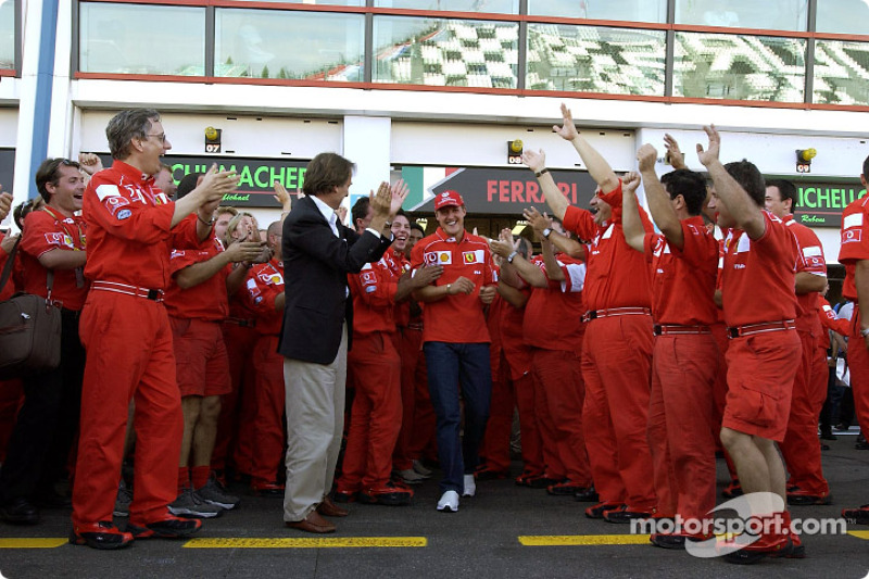 Michael Schumacher y el Equipo Ferrari celebrando