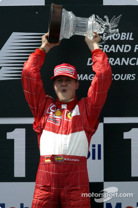 El podio: el ganador de la carrera y cinco veces Campeón del Mundo, Michael Schumacher