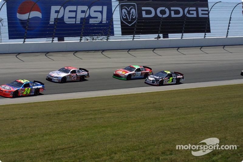 Jeff Gordon liderando un grupo de autos