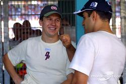 Olivier Panis y Juan Pablo Montoya antes del desfile de pilotos
