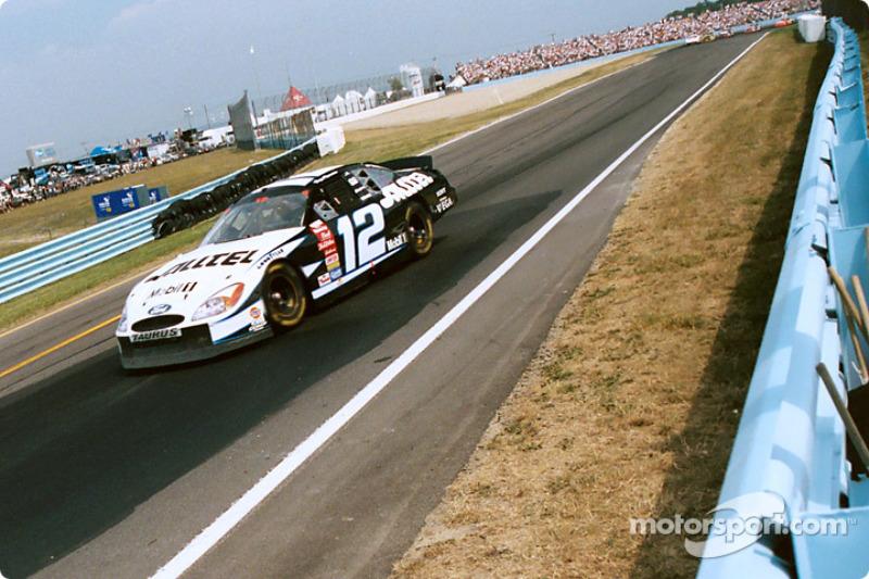 Ryan Newman hacia la curva 11