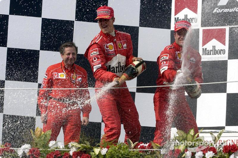 El podio: champaña para el ganador de la carrera, Rubens Barrichello, Michael Schumacher y Jean Todt
