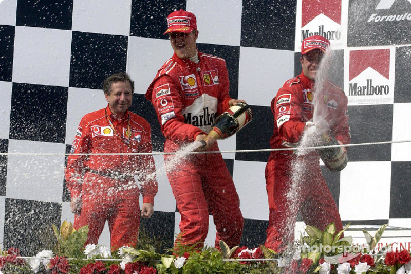 El podio: champaña para el ganador de la carrera, Rubens Barrichello y Michael Schumacher