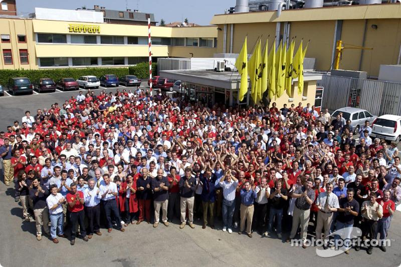 El Equipo Ferrari celebrando su cuarto Campeonato Mundial de Constructores consecutivo en Maranello