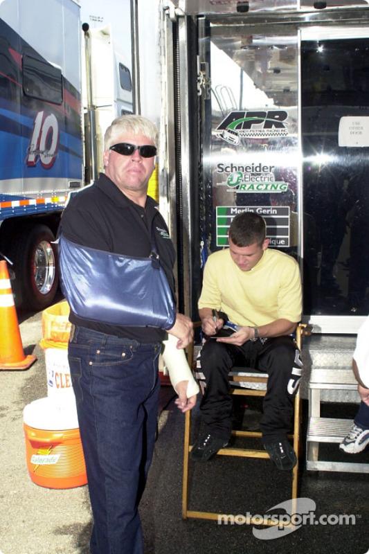 Un herido Bobby Hamilton con Casey Atwood