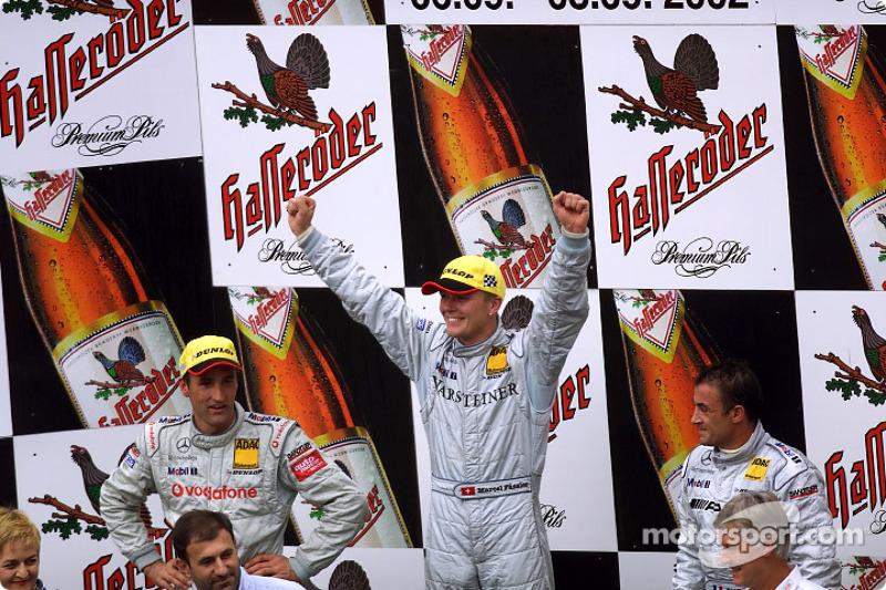 El podio: el ganador de la carrera, Marcel Fassler con Bernd Schneider y Jean Alesi