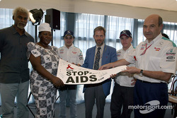 Sauber Petronas and United Nations join forces against HIV/AIDS: Felipe Massa, Nick Heidfeld and Peter Sauber