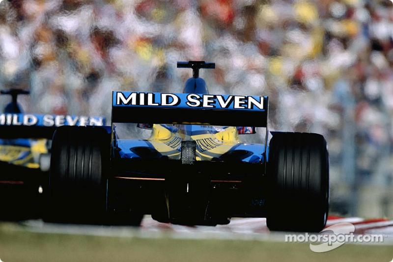 Los dos Renault F1 rumbo a la parrilla de salida