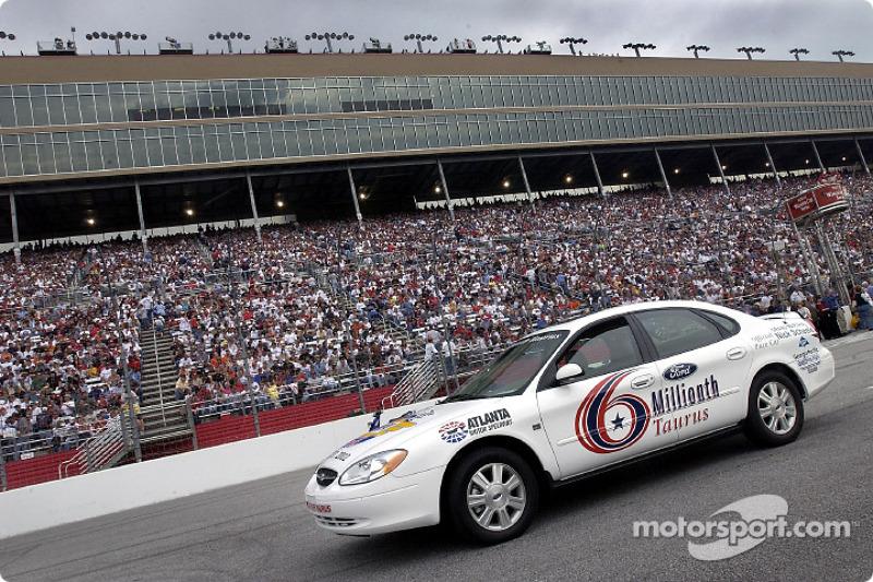 El Ford Taurus número seis millones construido estuvo presente antes del inicio de las NAPA 500 y co