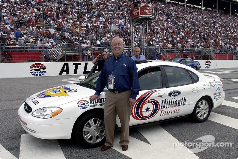 Nick Scheele, Presidente y COO de Ford Motor Co. Posa con el Ford Taurus número seis millones