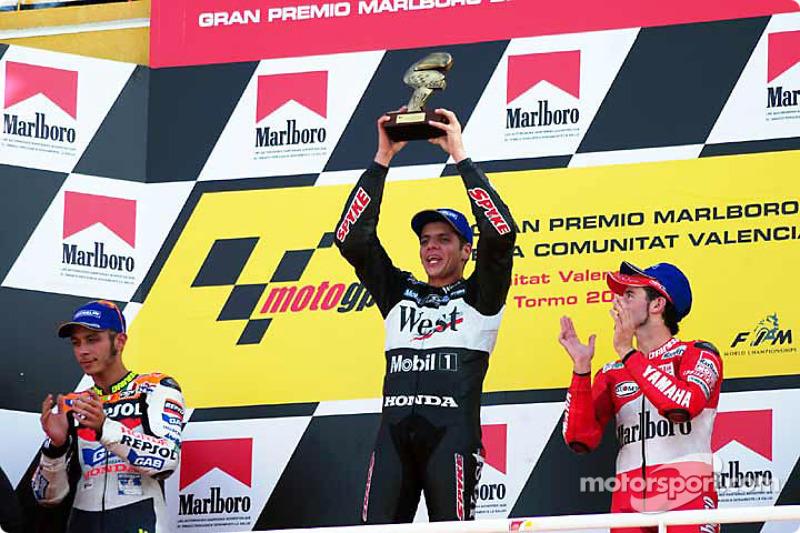 Podio: 1º Alex Barros, 2º Valentino Rossi, 3º Max Biaggi