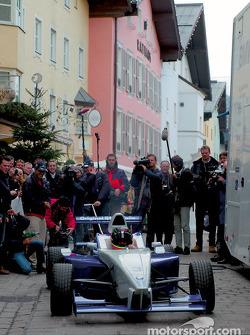 Los pilotos de BMW, Ralf Schumacher, Juan Pablo Montoya y Marc Gene, piloto de pruebas de BMW WilliamsF1 se divierten cambiando una llanta en los pits para un auto de la Formula BMW