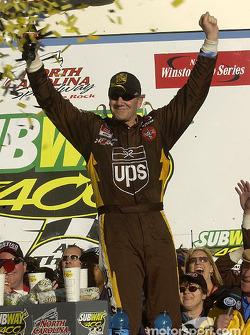 El ganador Dale Jarrett celebra su triunfo