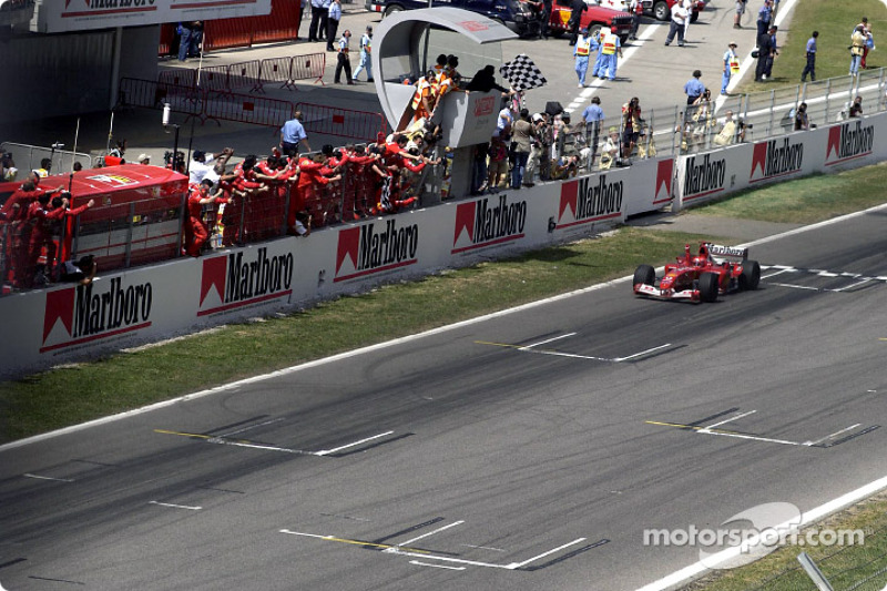 Michael Schumacher se lleva la bandera a cuadros