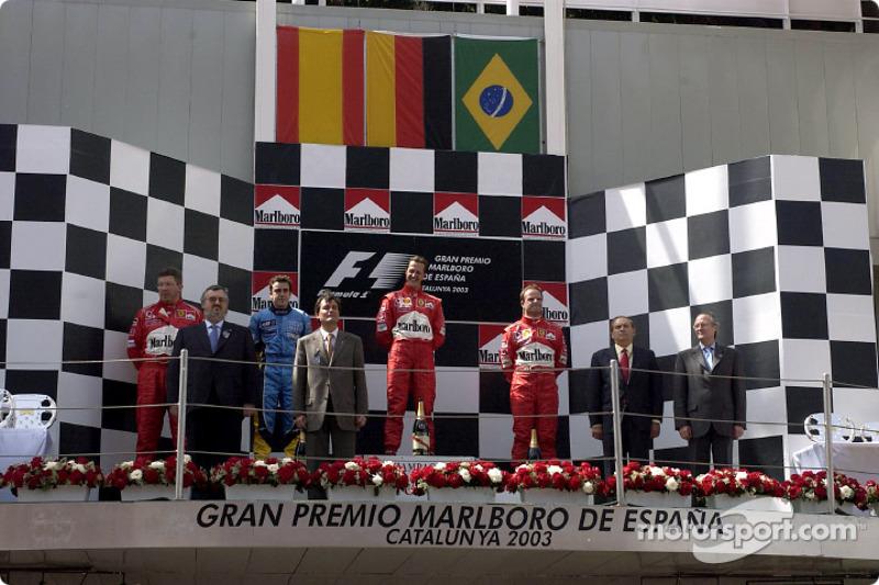 El podio: ganador de la carrera de Michael Schumacher con Fernando Alonso y el brasileño Rubens Barr