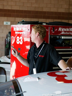 Rennwerks crew chief Tommy Sadler gives instructions