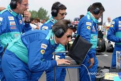 Miembros del equipo Sauber en la parrilla de salida