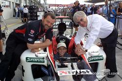 Paul Stoddart y Bernie Ecclestone con un fan