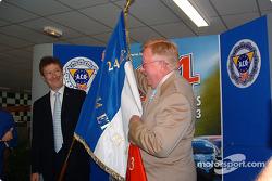 Cérémonie de remise des prix du Mans: Don Panoz s'est vu remettre le drapeau qui sera utilisé pour lancer la course