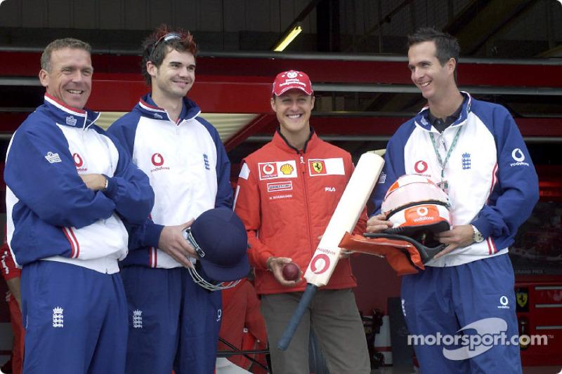 Michael Schumacher y el equipo de cricket británico nacional