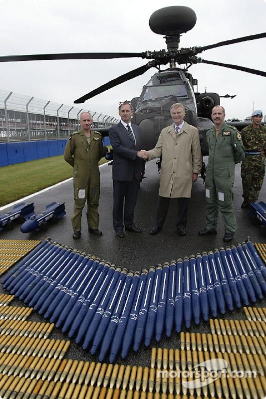 El Rt Hon. Geoff Hoon Secretario de estado de defensa estrecha la mano con el Presidente de la FIA Max Mosley como pilotos de Apache mayor Mick Manninng y capitán Bill McPhee