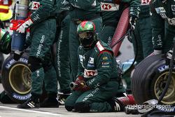 Los miembros del equipo Jaguar esperan pitstop