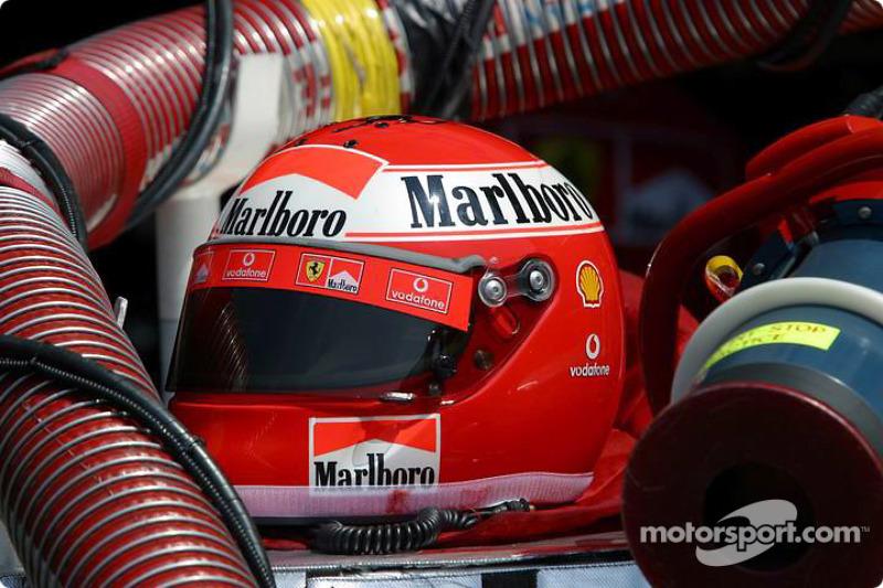 Casco Ferrari en el pit
