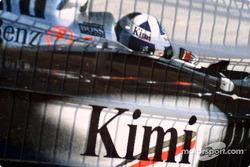 Кими Райкконен со шлемом Дэвида Култарда на большом экране