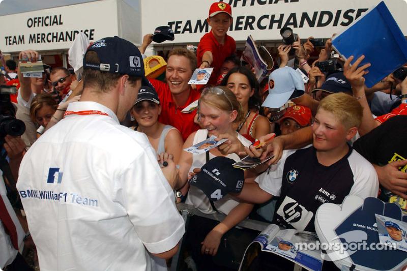 Ralf Schumacher visitas Williams BMW stand de mercancía