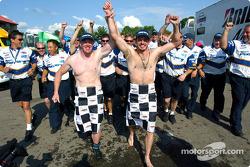 Patrick a commencé l'année dernière et c'est maintenant une tradition à Mid-Ohio: Paul Tracy et Patrick Carpentier courent à moitié nu dans le paddock