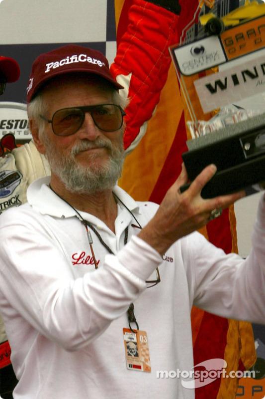 Paul Newman reçoit le trophée du propriétaire