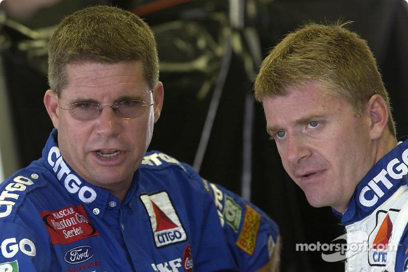 Jeff Burton discute avec son chef-mécanicien Paul Andrews
