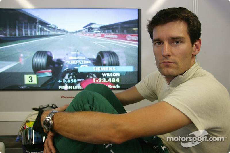 Mark Webber mira la vuelta de calificación de Justin Wilson