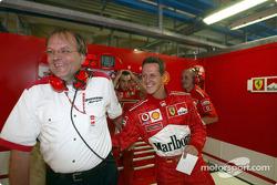 Michael Schumacher celebra la pole position