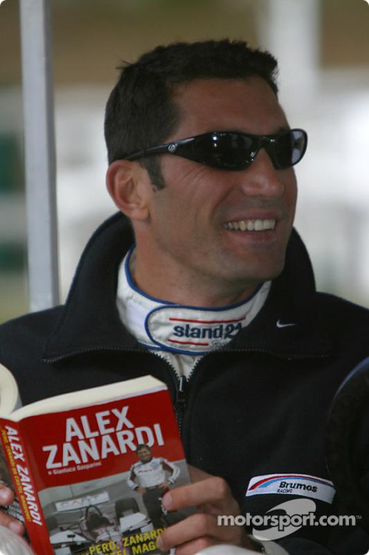 Max Papis lit le livre d'Alex Zanardi