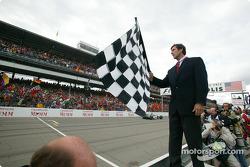 Tony George da la bandera a cuadros